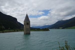 Der Kirchturm von Altbraun.